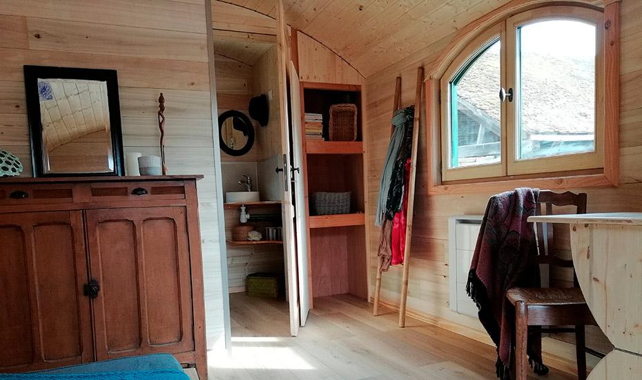 Intérieur de la roulotte en bois